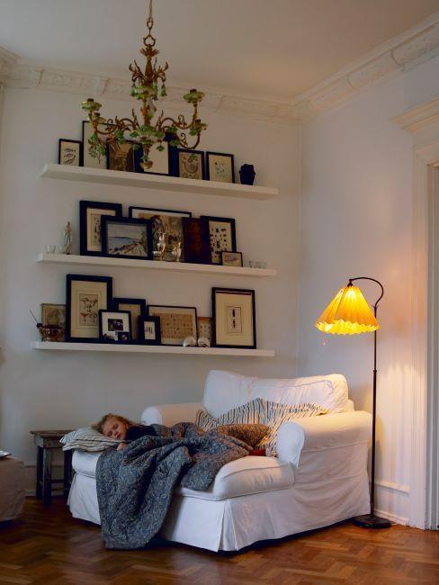 fauteuil futon large et moelleux, liseuse champêtre, déco murale faite des cadres photo