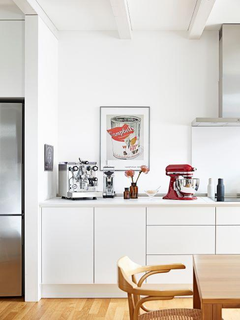 Cuisine blanche avec cadre photo sur le mur, appareils KitchenAid