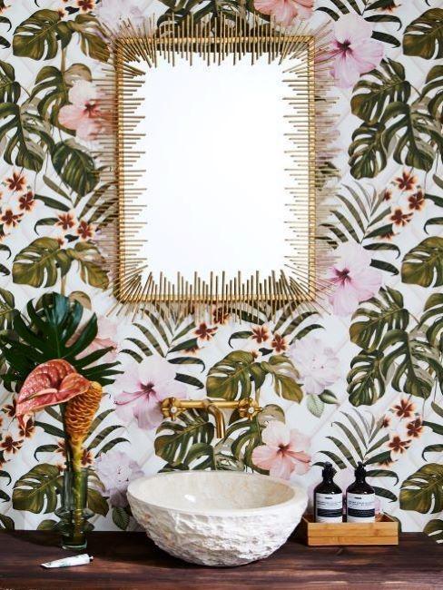 mur toilette avec papier peint tropical, vasque et miroir doré