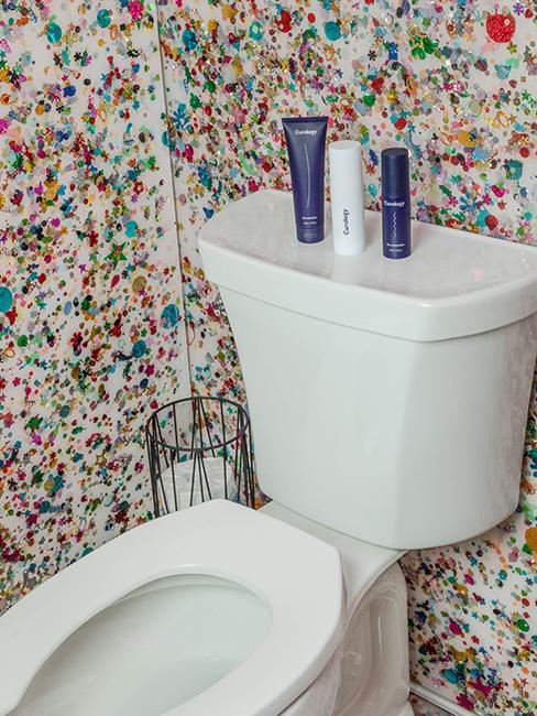 toilette blanche avec tapisserie coloré