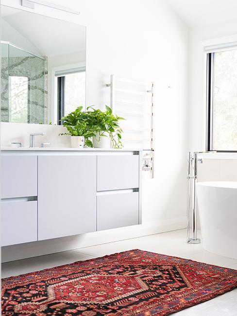 salle de bain avec meuble blanc et tapis rouge vintage