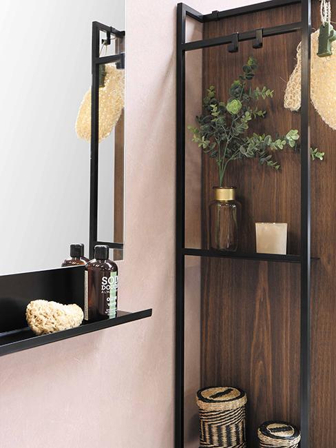 murs rose pastel et bois, et étagère noire en métal