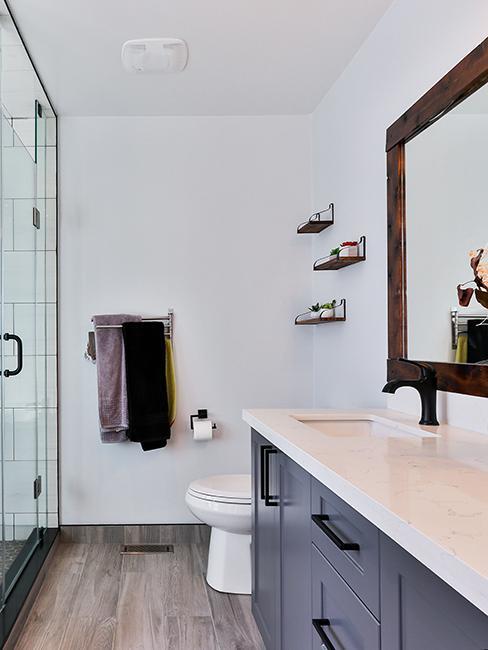 salle de bain avec toilette, meuble bleu foncé