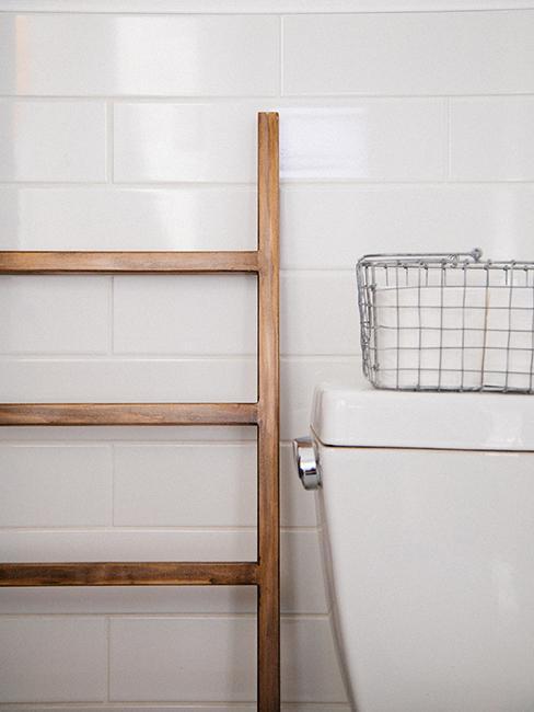 toilette blanche avec panier en métal et échelle en bois