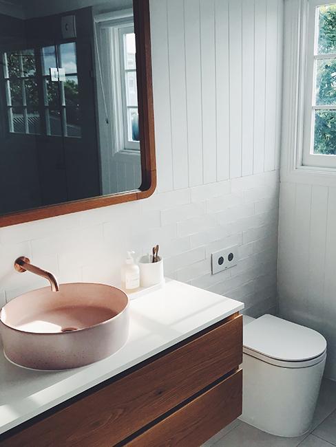 toilette avec meuble en bois et vasque rose pastel