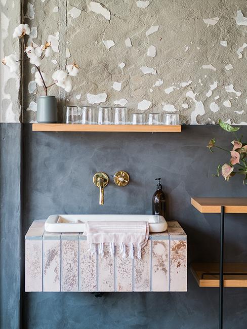 lavabo avec mur gris foncé