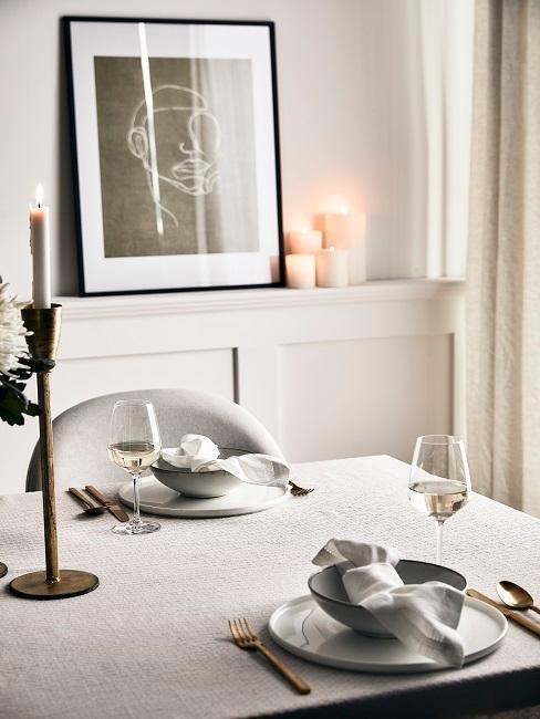 salle à manger grège, déco cadres et bougies, bougeoir sur pied