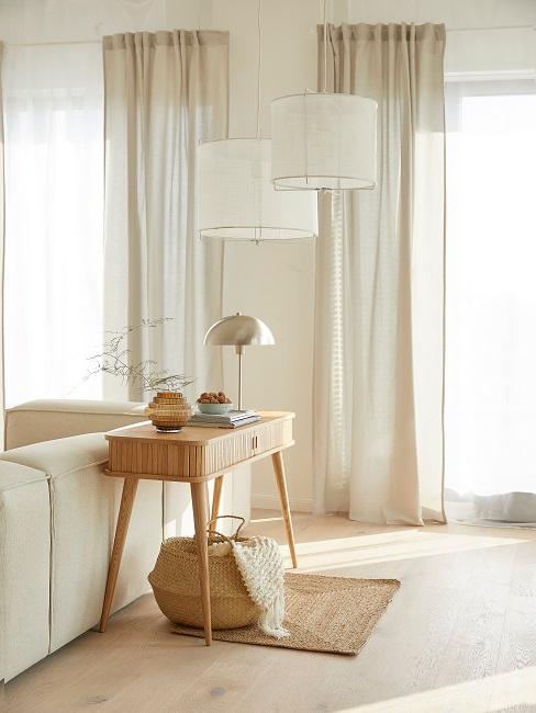couleur grège dans le salon, table d'appoint rétro, suspension en tissu, salon clair
