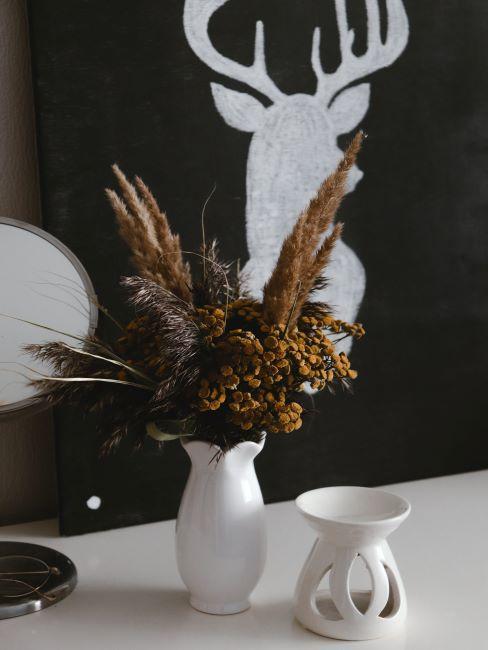 Mur peint en noir avec de la peinture ardoise, console blanche, vase blanc, bouquet de fleurs
