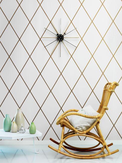 déco murale motif géométrique, doré, chaise à bascule en bois