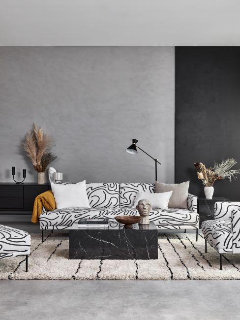 canapé et fauteuils à motif graphique abstrait, mur en béton