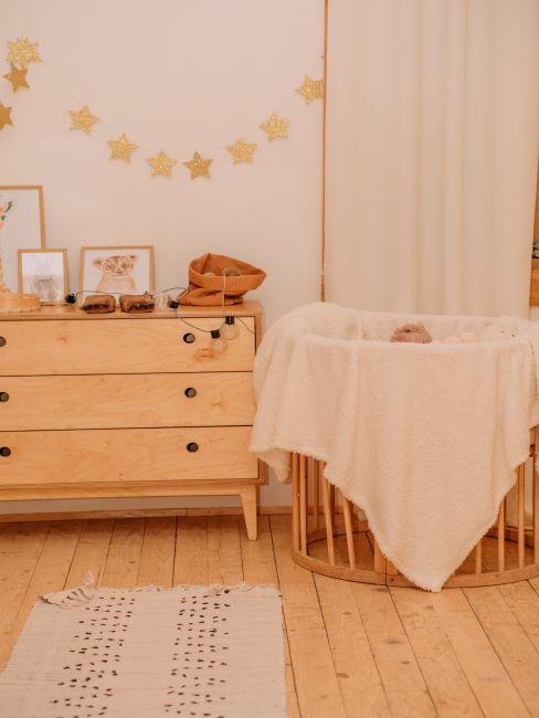 chambre de bébé, meubles en bois clair, guirlande décorative