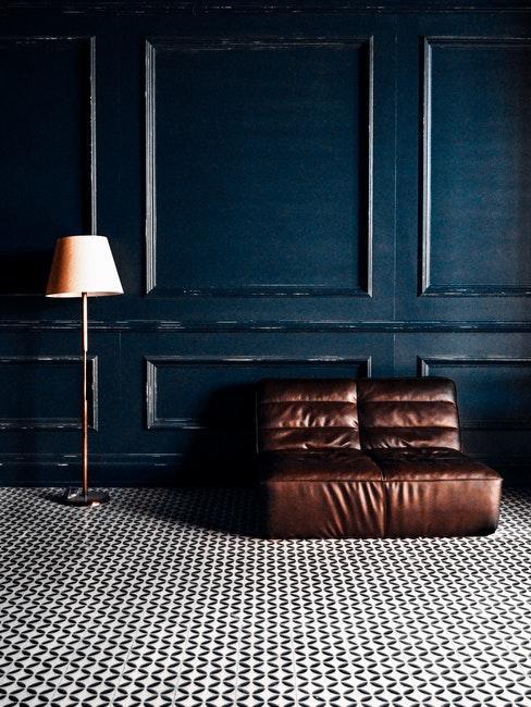 salon vintage moderne avec canapé design en cuir et boiserie bleu foncé