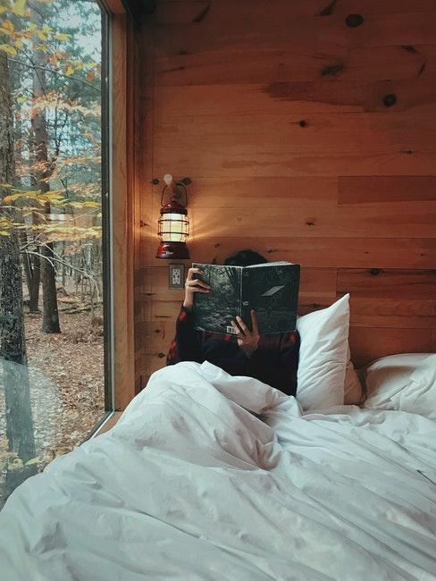Chambre à coucher moderne avec mur recouvert de boiserie