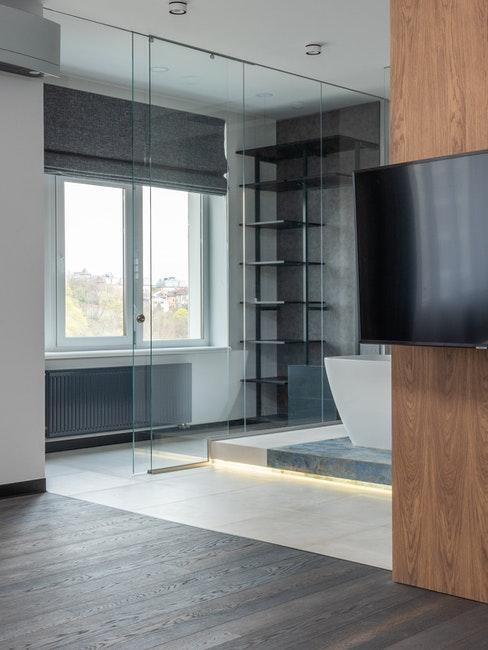 salon moderne, contemporain, minimaliste avec mur recouvert de boiserie