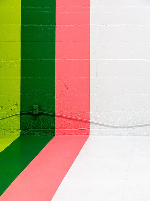 Mur avec trois bandes de couleurs rose et vert