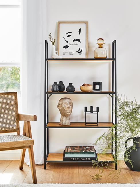 étagère en bois et métal avec objets décoratifs