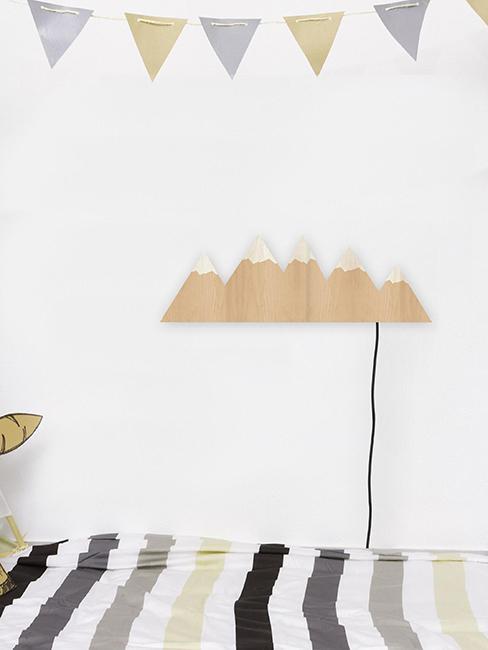 applique murale en bois en forme de montagne dans chambre d'enfant