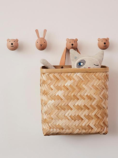 patères en bois en forme d'animaux avec un panier accroché