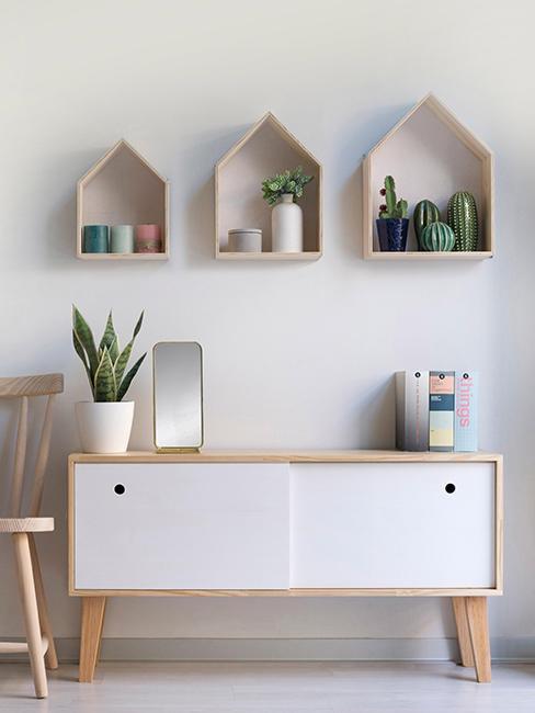 étagères en bois en forme de maison dans chambre d'enfant