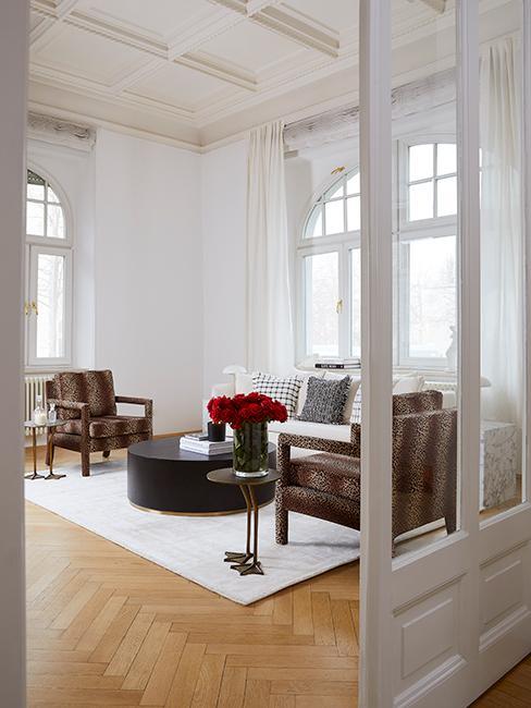 Salon style vintage chic avec fauteuil avec motif animalier, tapis blanc et canapé beige