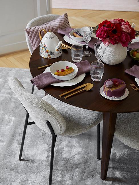 déco de table avec vaiselle blanche, couvert doré et bouque de fleurs rouges