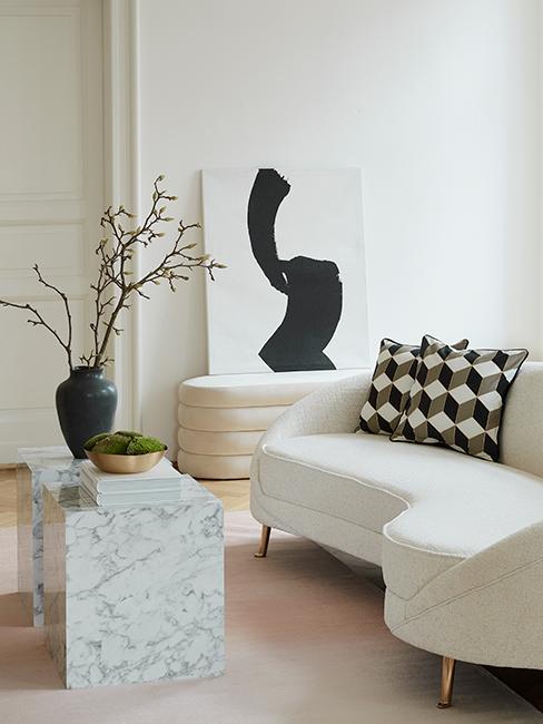 Salon avec canapé blanc courbé, table d'appoint en marbre
