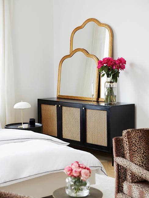 chambre avec meuble tendance en cannage avec miroirs baroques dorés