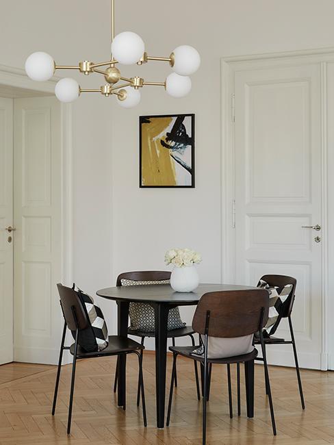 salle à manger avec chaise en bois et table ronde
