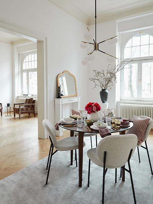 salle à manger vintage chic avec table ronde et chaises en velours