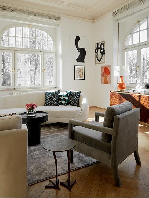 salon style vintage chic avec fauteuil beige, canapé blanc courbé