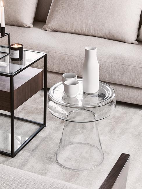 table d'appoint ronde en plexiglas avec vases