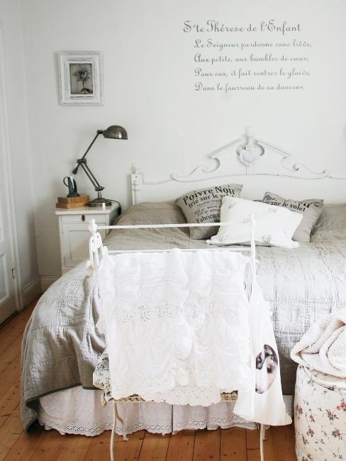 chambre à coucher vintage avec décoration shabby chic et stickers muraux