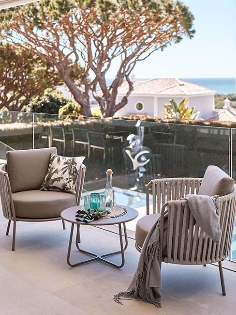 terrasse avec fauteuils de jardin gris chez Delia Lachance