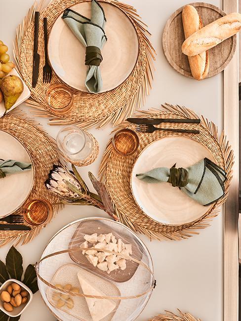 décoration de table estivale avec set en algue, assiettes blanches, couverts noirs