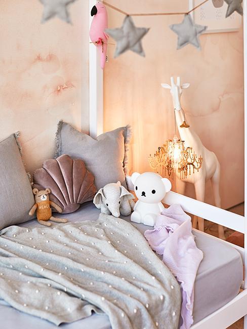 chambre enfant avec petit lit blanc et coussins coquillage chez Delia Lachance