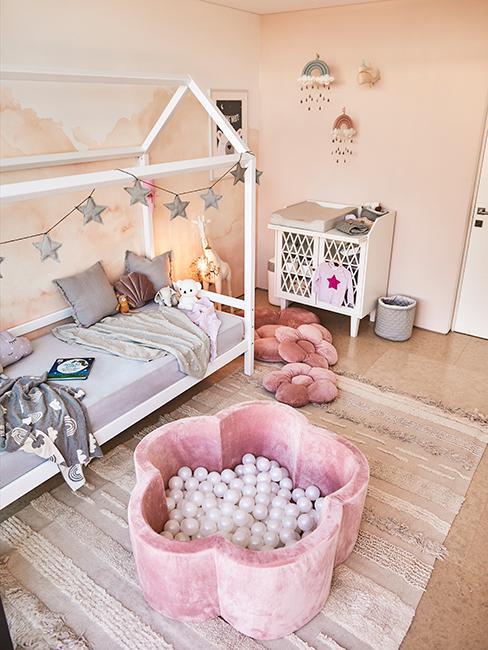 chambre d'enfant chez Delia Lachance avec piscine à balles