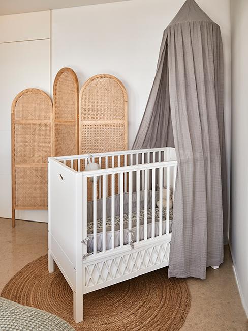 chambre bébé avec lit bébé blanc et paravent chez Delia Lachance