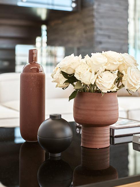 3 vases posés sur un plan de travail
