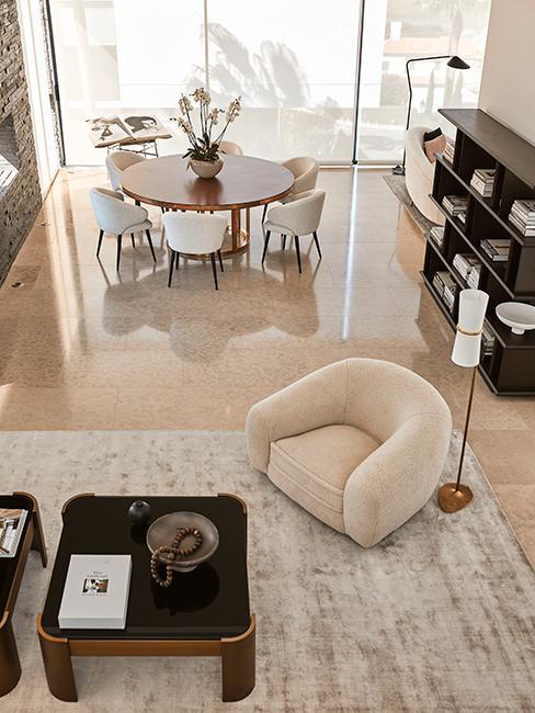 salon et salle à manger chez Delia Lachamce avec fauteuil beige