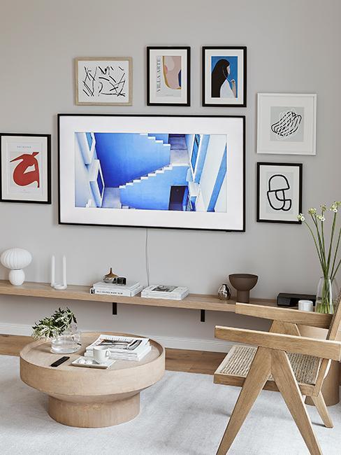 mur de cades avec télévision