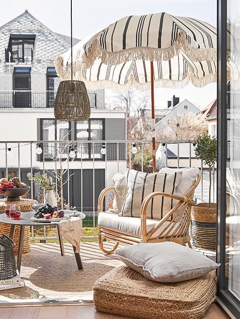 balcon style boho avec fauteuil en rotin et parasol