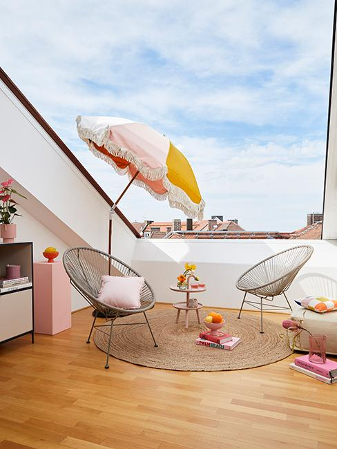 indoor outdoor avec fenetre de toit ouverte, chaises de jardin, tapis en jute et parasol