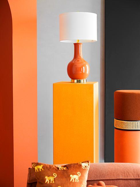 podium orange avec lampe orange et abat jour blanc
