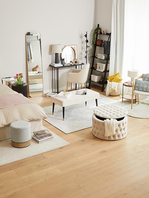 coin beauté dans chambre avec pouf avec rangement, console et miroir et étagère