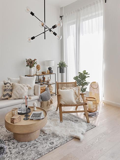 salon style boho avec chaise lounge et table basse ronde