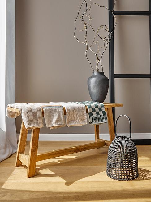 banc en bois avec serviettes posées