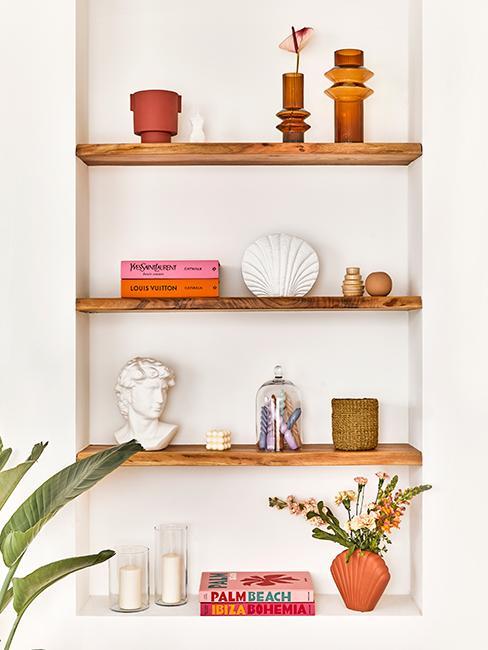 étagères en bois dans niche avec objects décoratifs