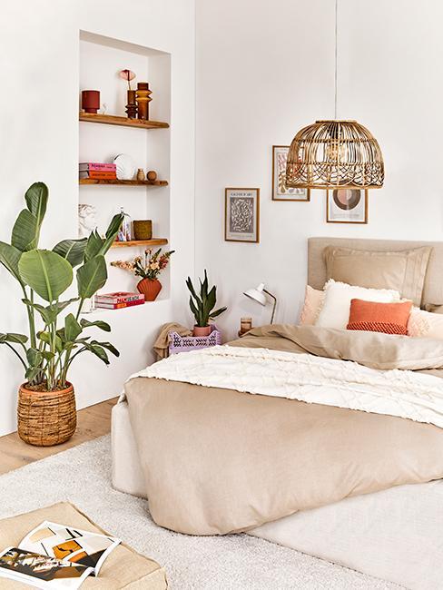 chambre avec grand lit et déco boho