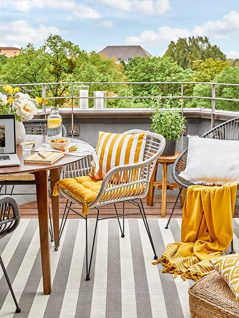 balcon après avec chaises grises et coussins jaunes